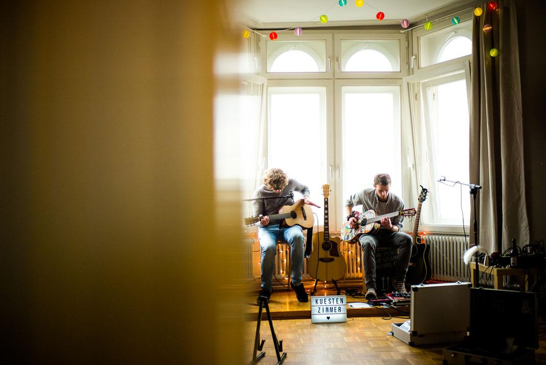 Zwei Musiker bei ihrer Arbeit im Küstenzimmer