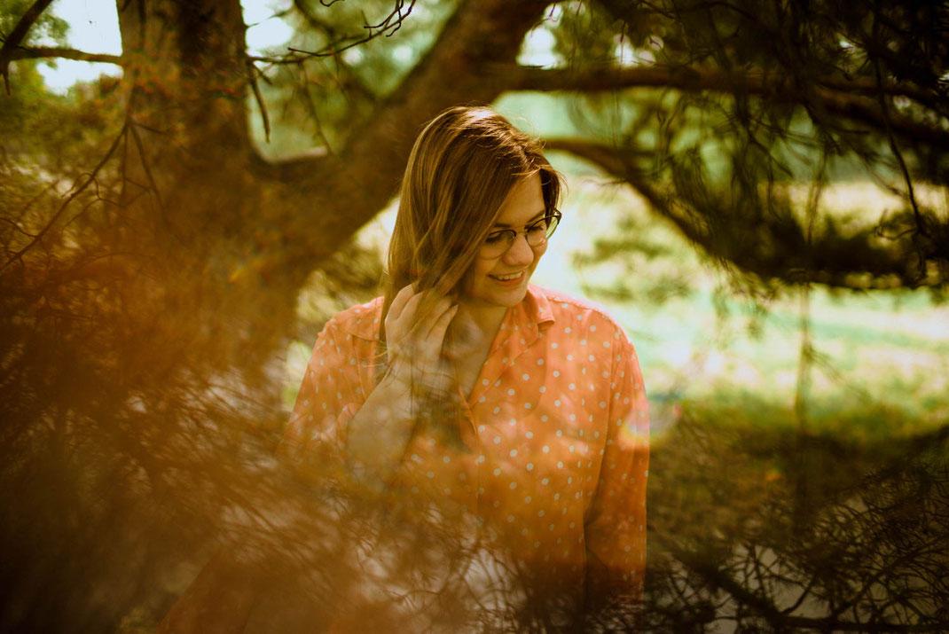 Junge Frau lächelt beim Fotoshooting in der Lüneburger Heide