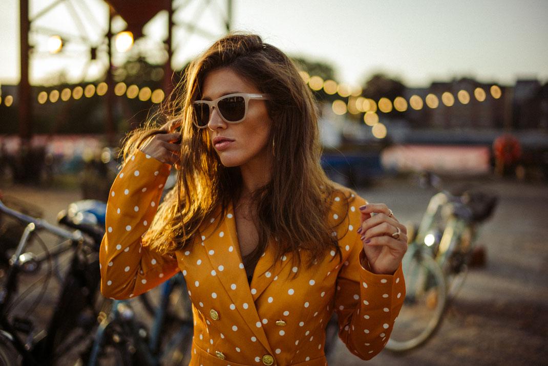 Junge Frau mit coolen Outfit schaut in die Ferne