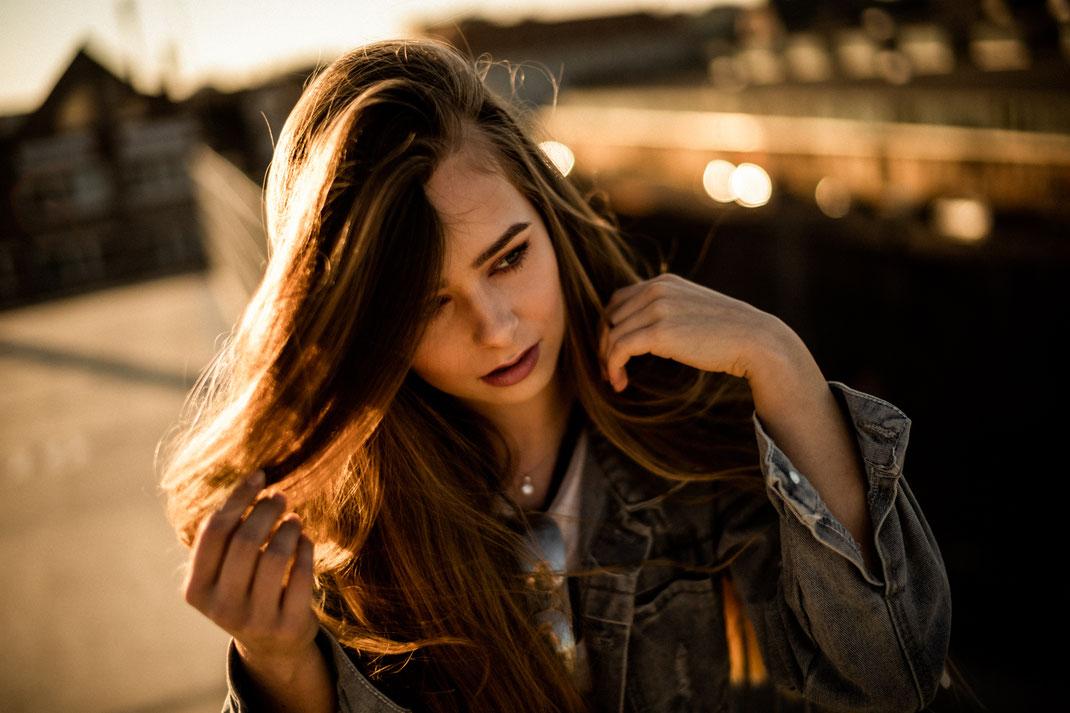 Junge Frau auf einem Dach Fotoshooting in Oldenburg