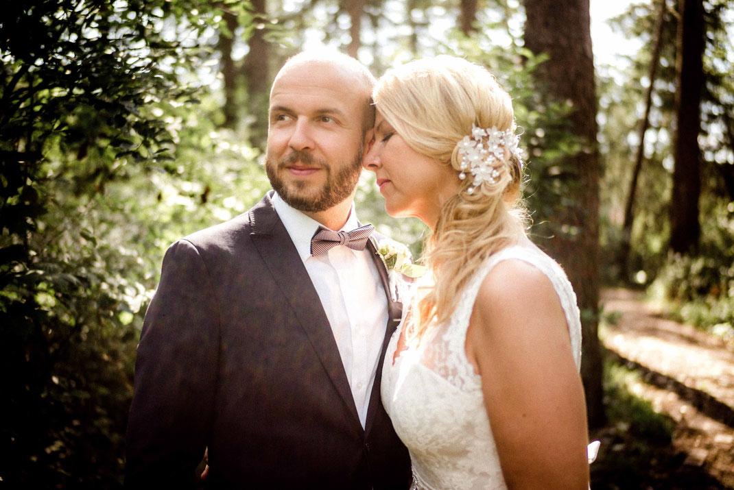 Braut lehnt sich an ihren Mann und hat dabei die Augen geschlossen
