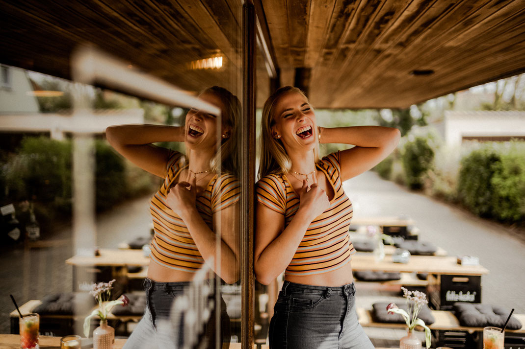 Lachende junge Frau beim Fotoshooting in Oldenburg