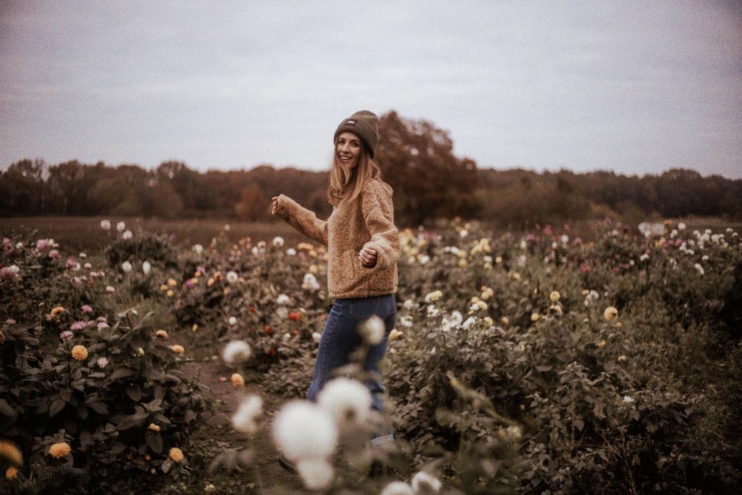 Fotoshooting in einem Blumenfeld