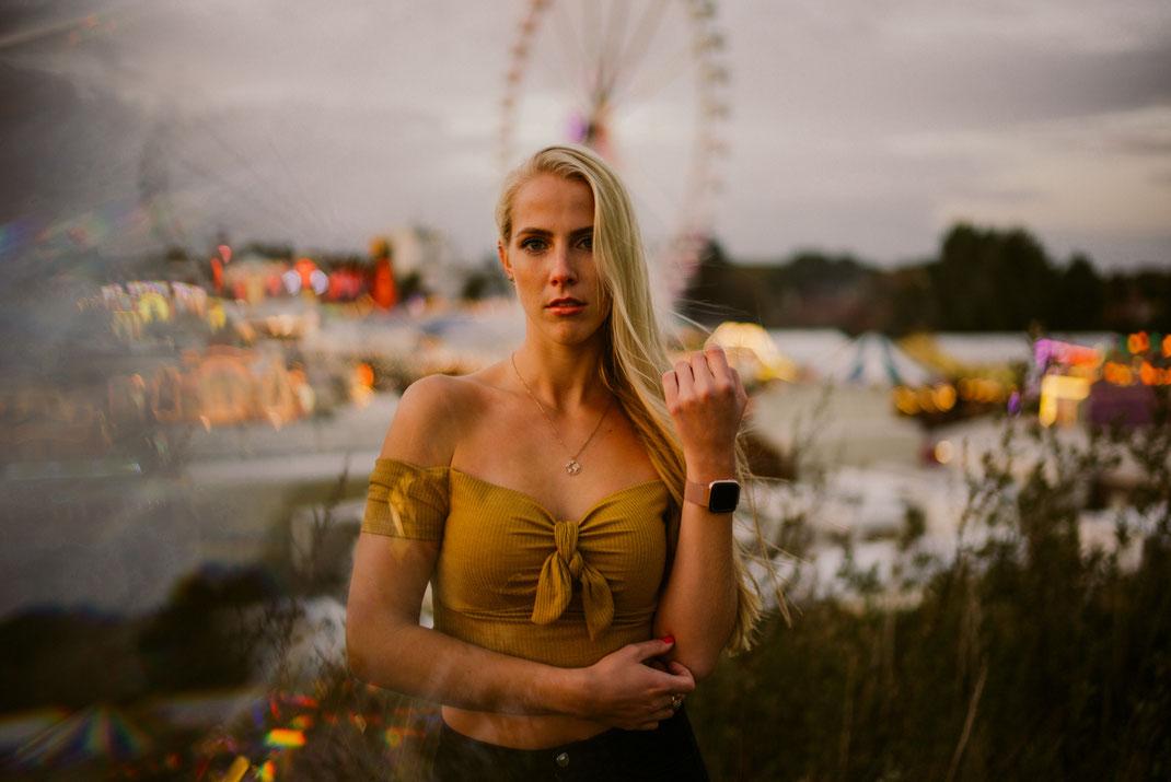 Junge blonde Frau blickt in die Kamera Fotoshooting in Oldenburg