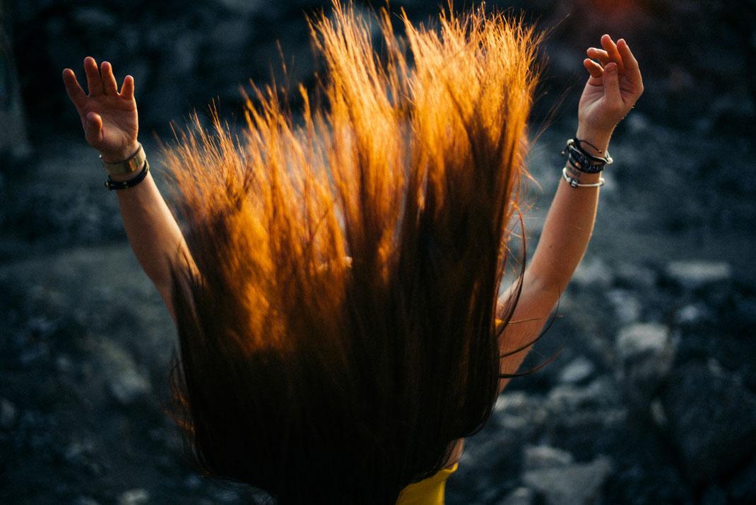 Die Haare einer Frau wirbeln durch die Luft