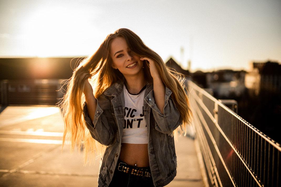 Junge  Frau lächelt in die Kamera