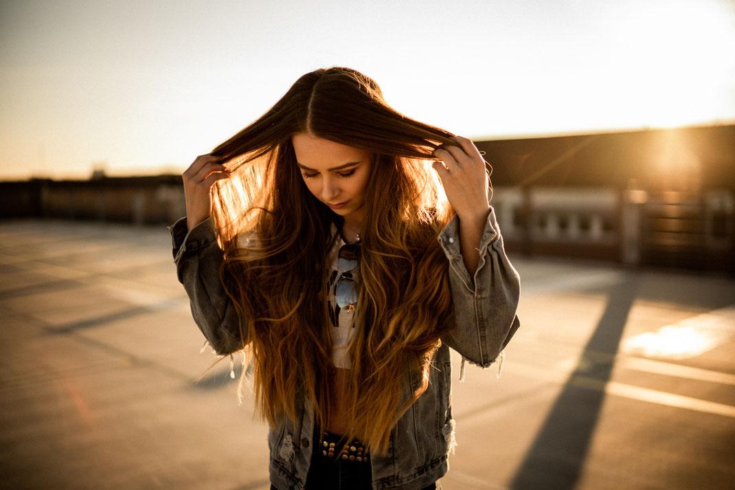 Frau mit langen Haaren im Sonnenlicht Fotograf Oldenburg Jörn Tempel
