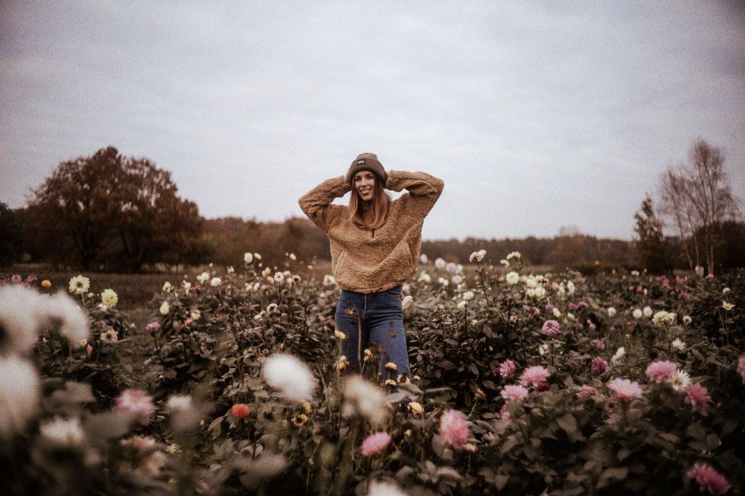 Natürliches Fotoshooting im Blumenfeld bei Oldenburg