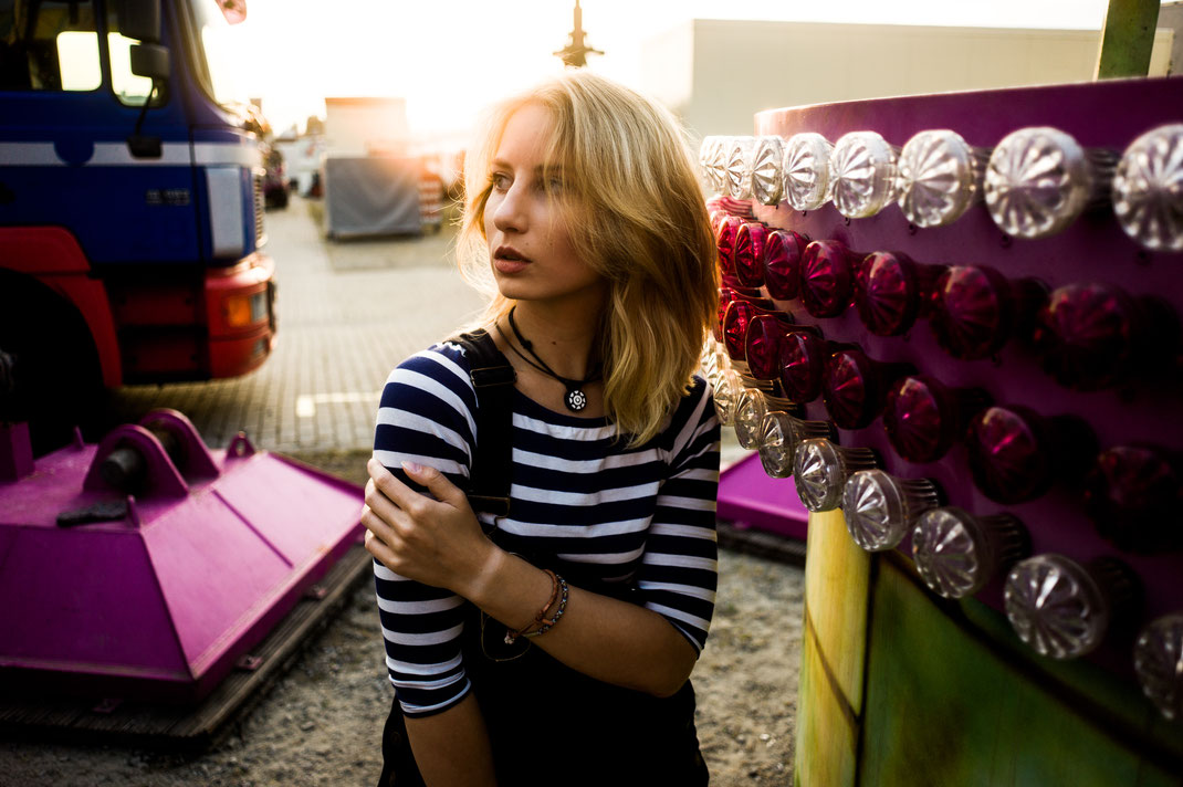 Junge Frau mit kreativer Halskette auf den Oldenburger Kramermarkt
