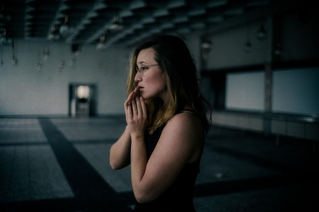 Fotoshooting mit einem Model in einem verlassenen Gebäude