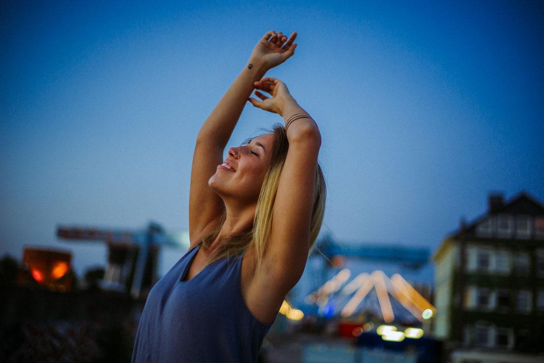 Frau lächelt Richtung Himmel