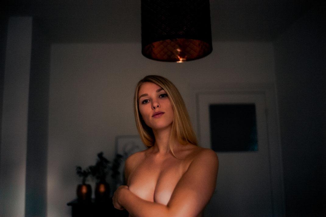 Model schaut in die Kamera Homeshooting