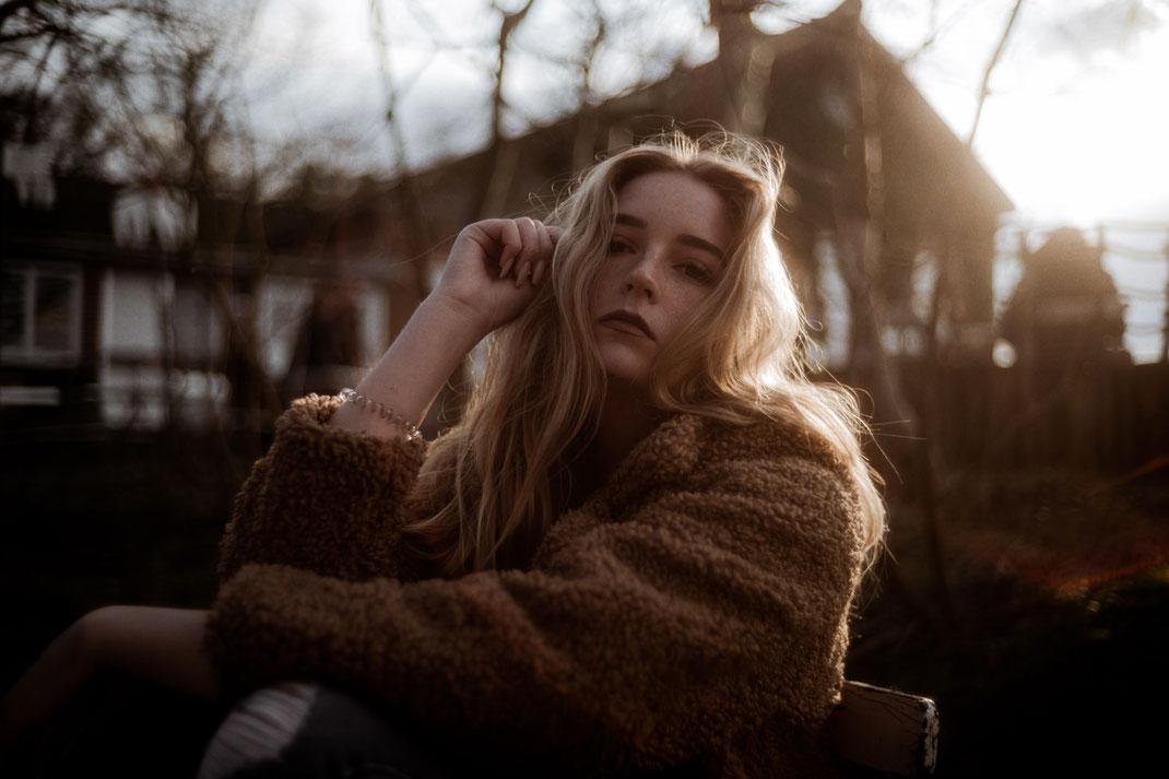 Model blickt in die Kamera beim Fotoshooting in Dangast