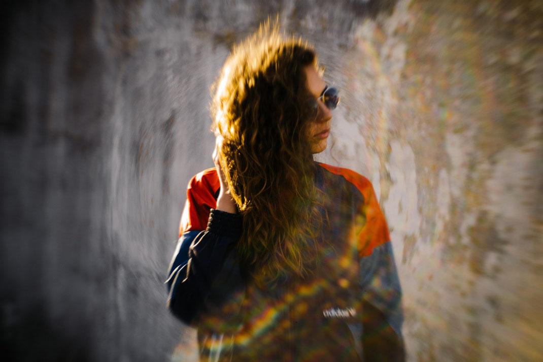 Fotoshooting vor einer Wand Fotograf Oldenburg