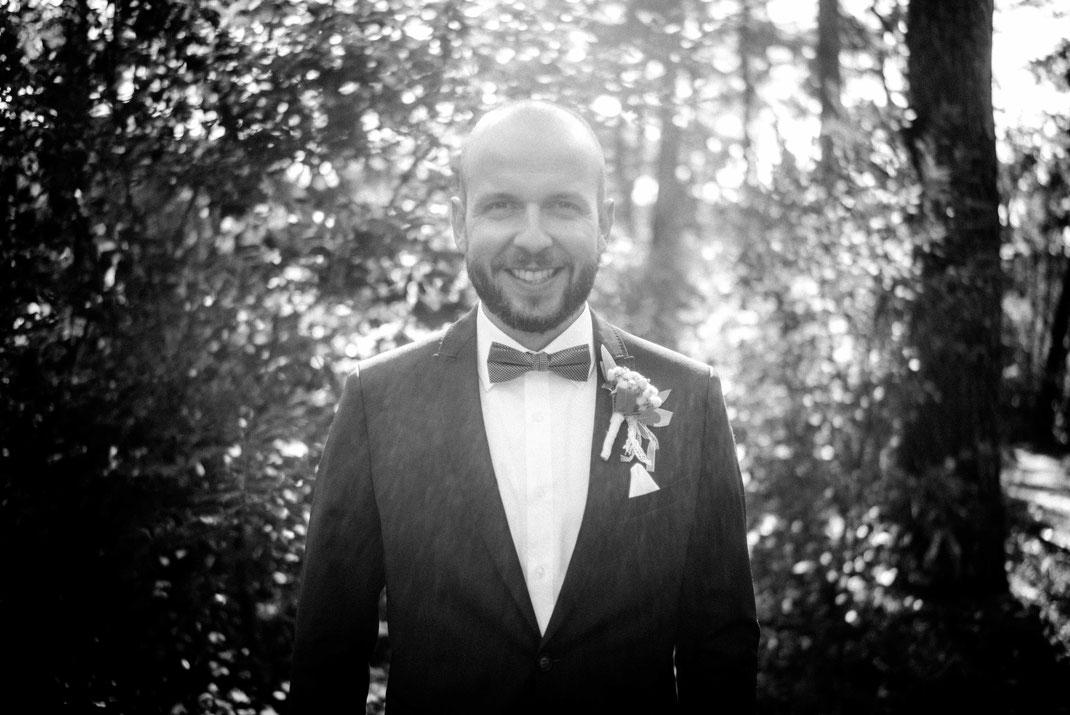 Lächelnder Brautigam mit Blick in die Kamera
