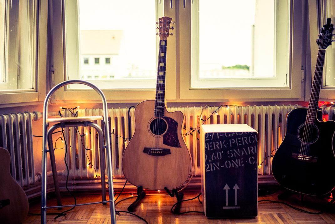 Musikinstrumente im Wohnzimmer