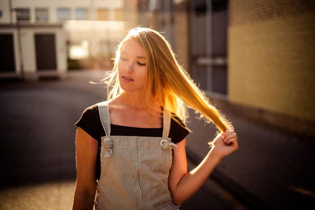 Junge Frau mit coolem Outfit in Oldenburg