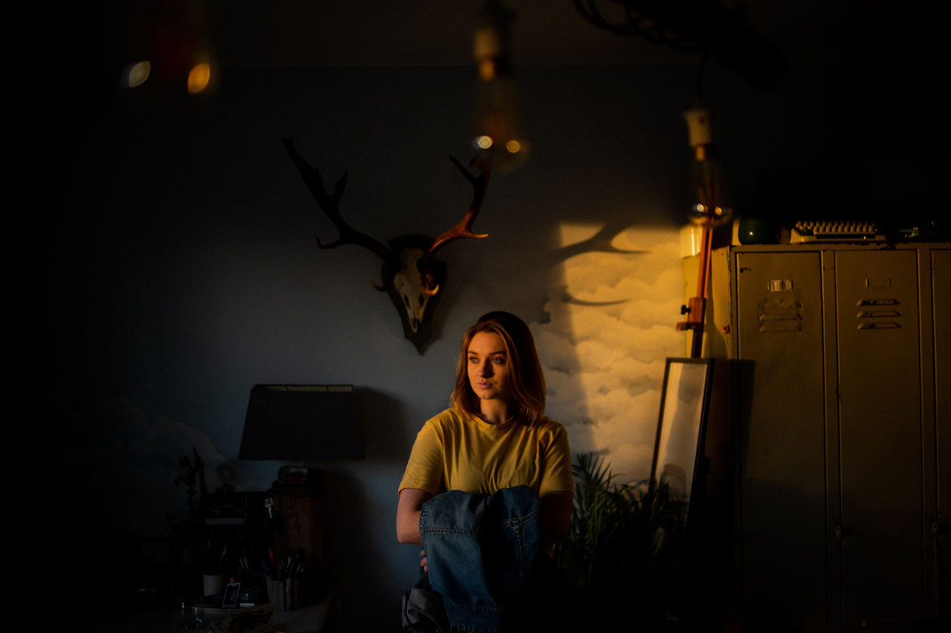Junge Frau mit Jeansjacke beim Fotoshooting