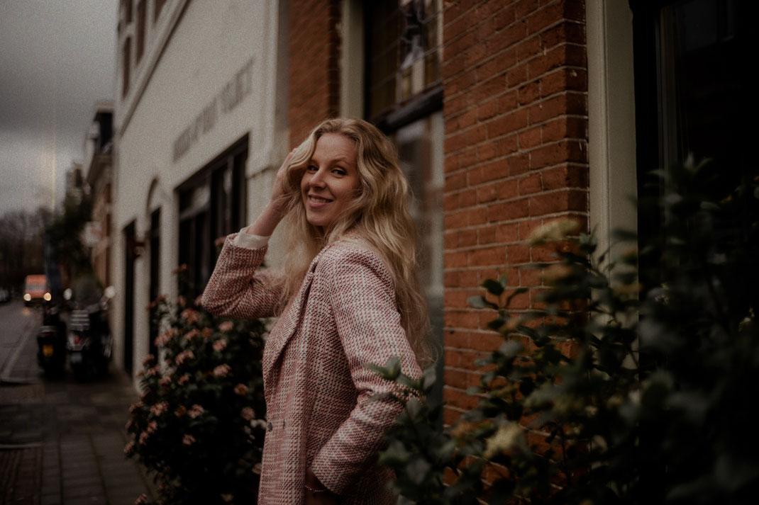 Lachende junge Frau beim Fotoshooting in Gronigen
