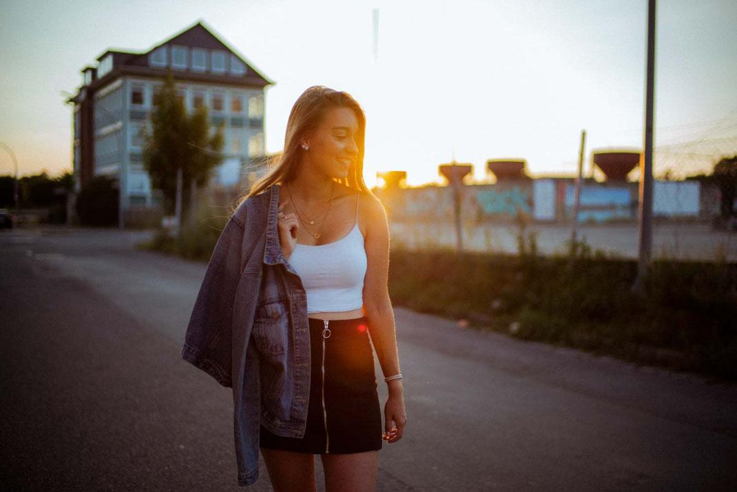 Gegenlichtaufnahme einer jungen Frau am Oldenburger Hafen