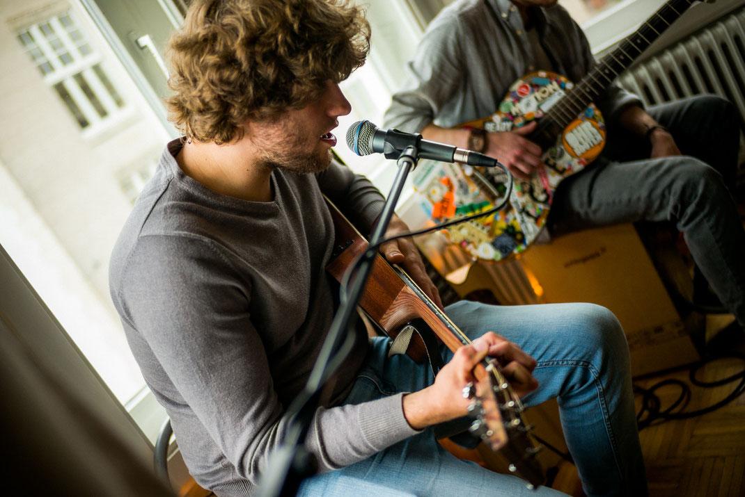 Männlicher Sänger singt einen Song