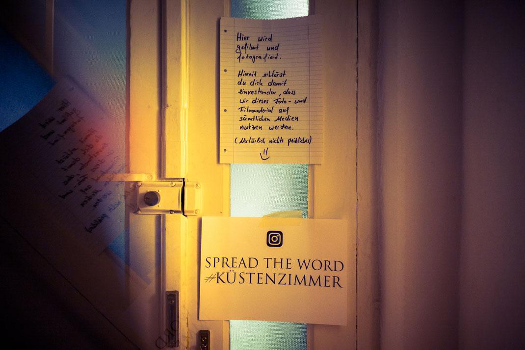 Hinweisschilder an der Haustür beim Küstenzimmer