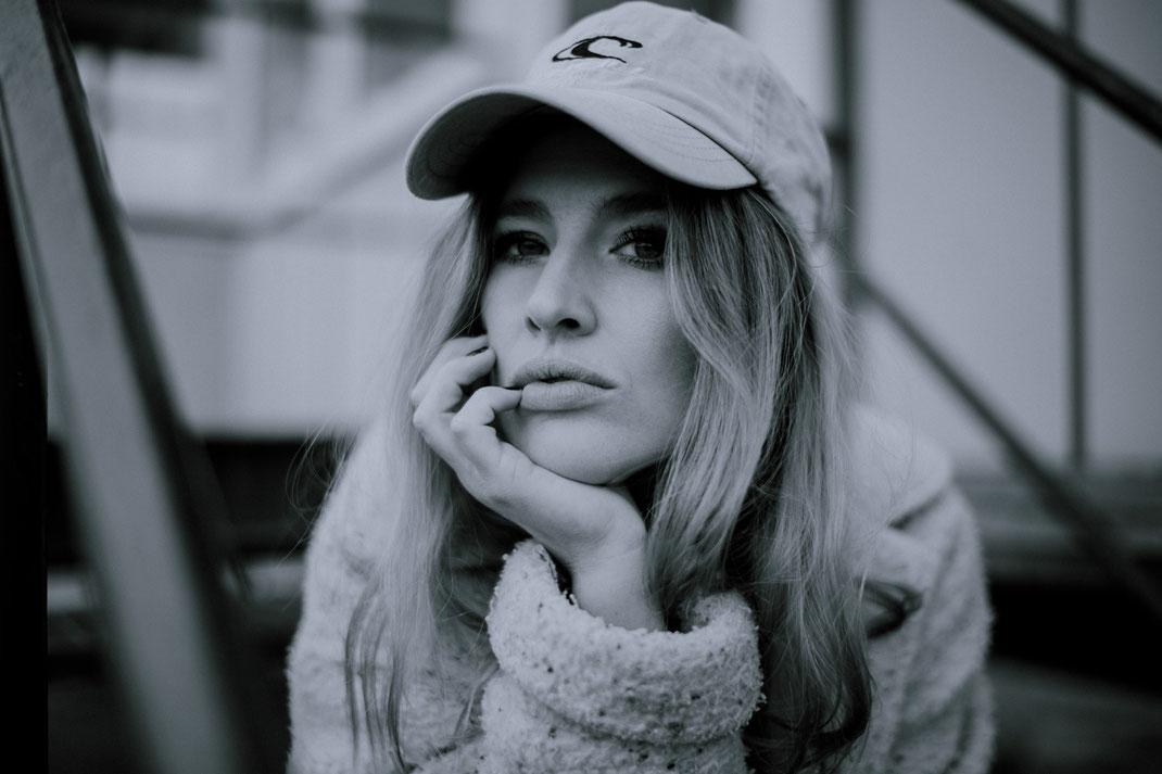 Junge Frau blickt frontal in die Kamera Fotograf Oldenburg