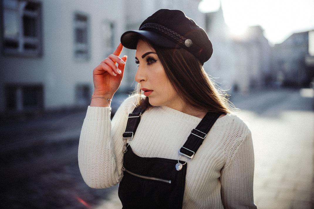 Frau mit coolem Hut in einer Oldenburger Straße