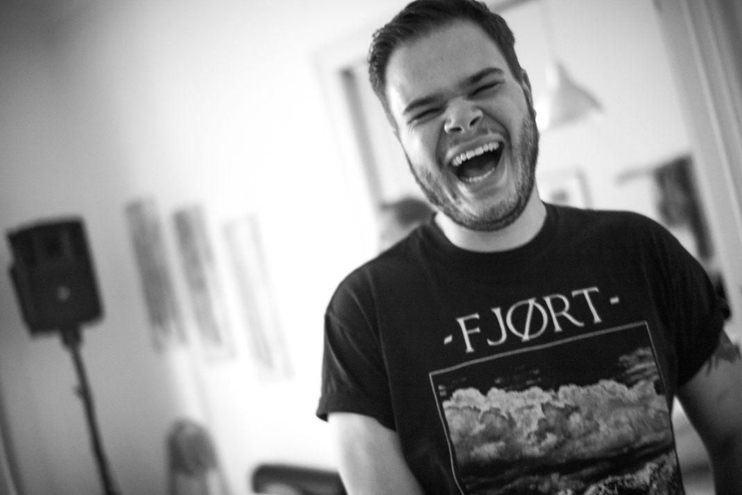 Herzhaft lachender Mann