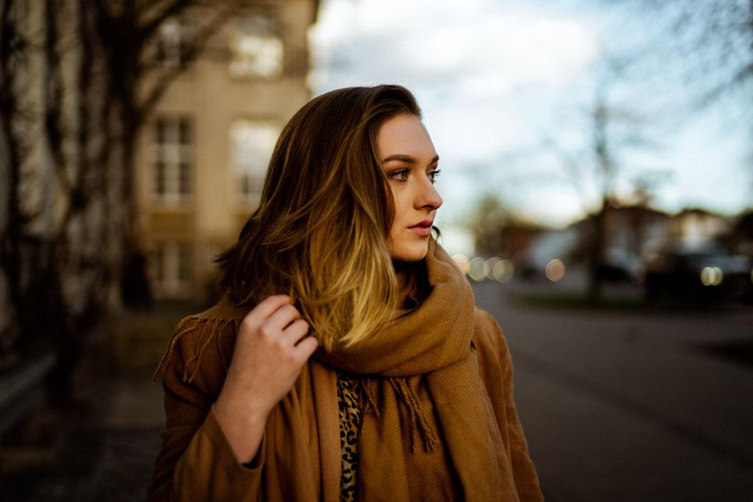 Junge Frau mit Mantel beim Fotoshooting in Oldenburg