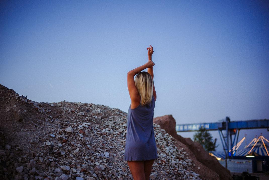 Junge Frau auf Schutthaufen