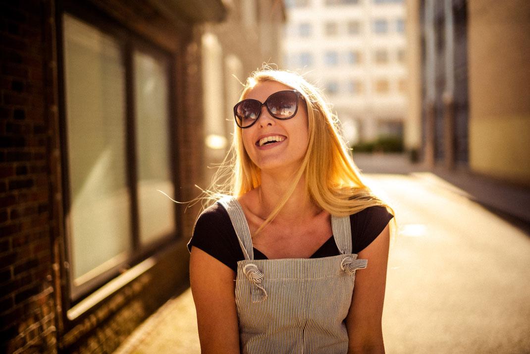 Lachende Frau beim Fotoshooting in Oldenburg