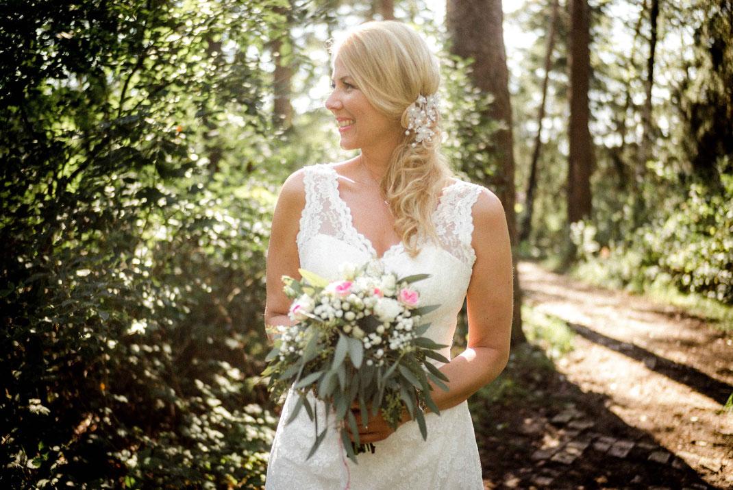 Lächelnde Braut mit Brautstrauß
