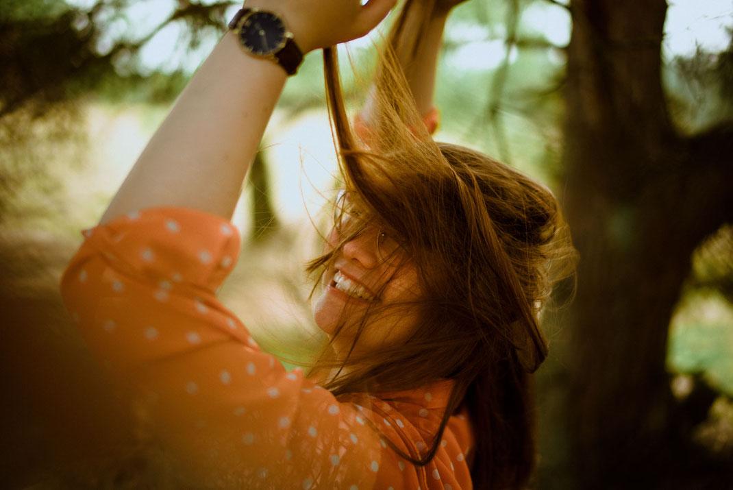 Haare wirbeln durch die Luft