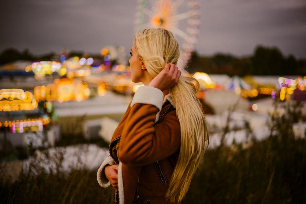 Junge Frau blickt über den Oldenburger Kramermarkt