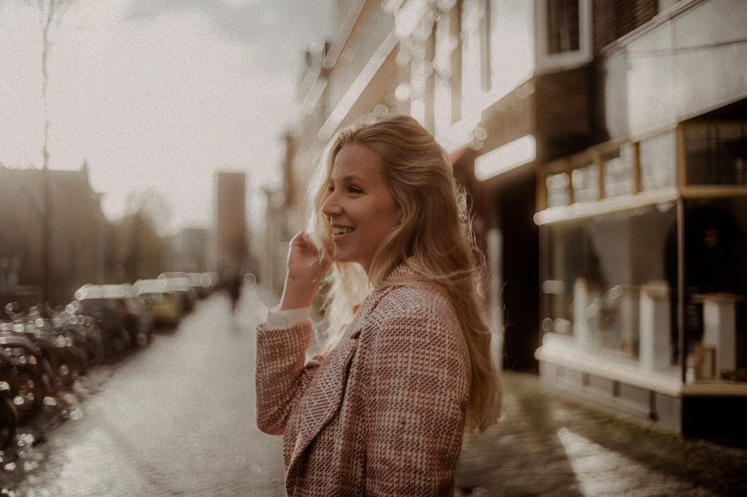 Model im Gegenlicht in den Niederlanden