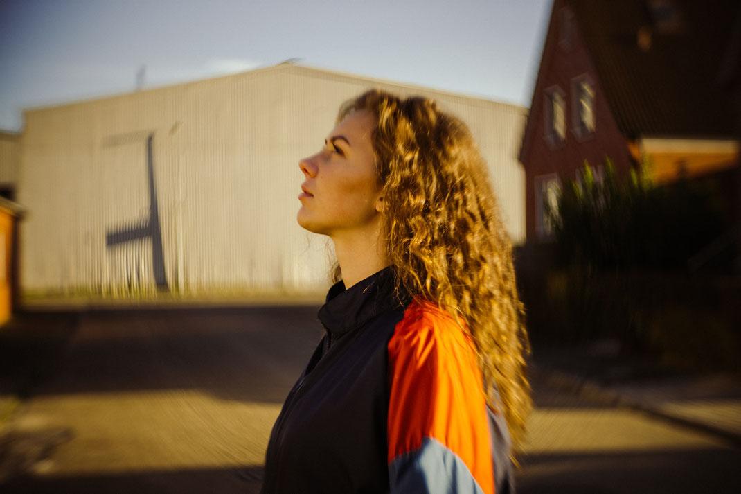 Blick zur Seite beim Fotoshooting Fotograf Oldenburg