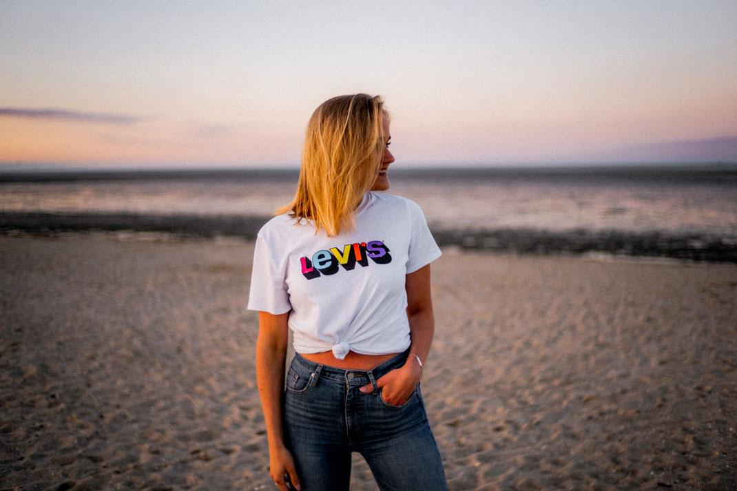Junge Frau beim Fotoshooting an der Nordsee