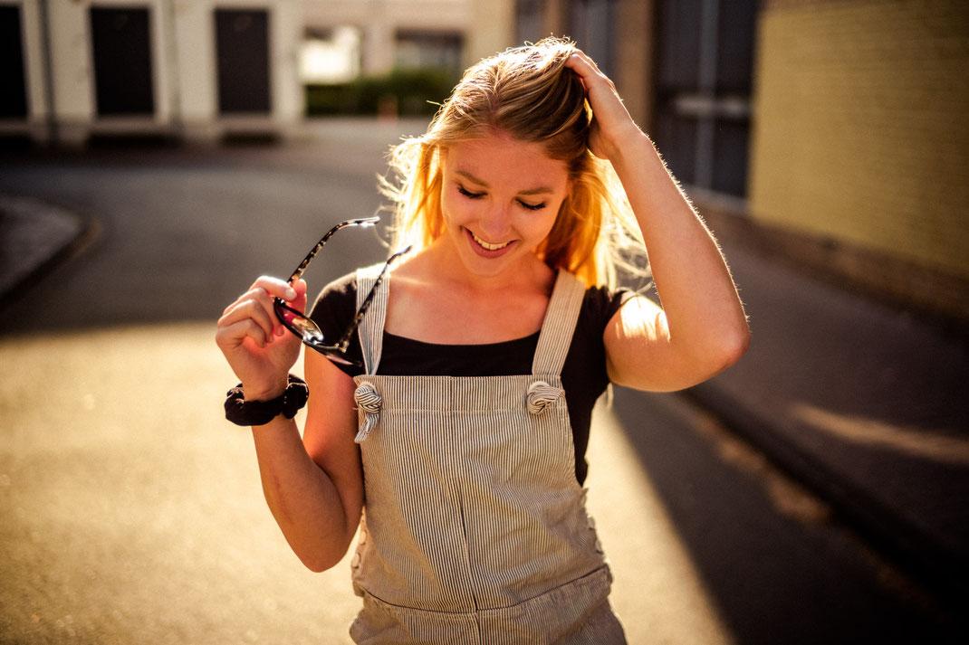 Junge Frau lächelt beim Fotoshooting