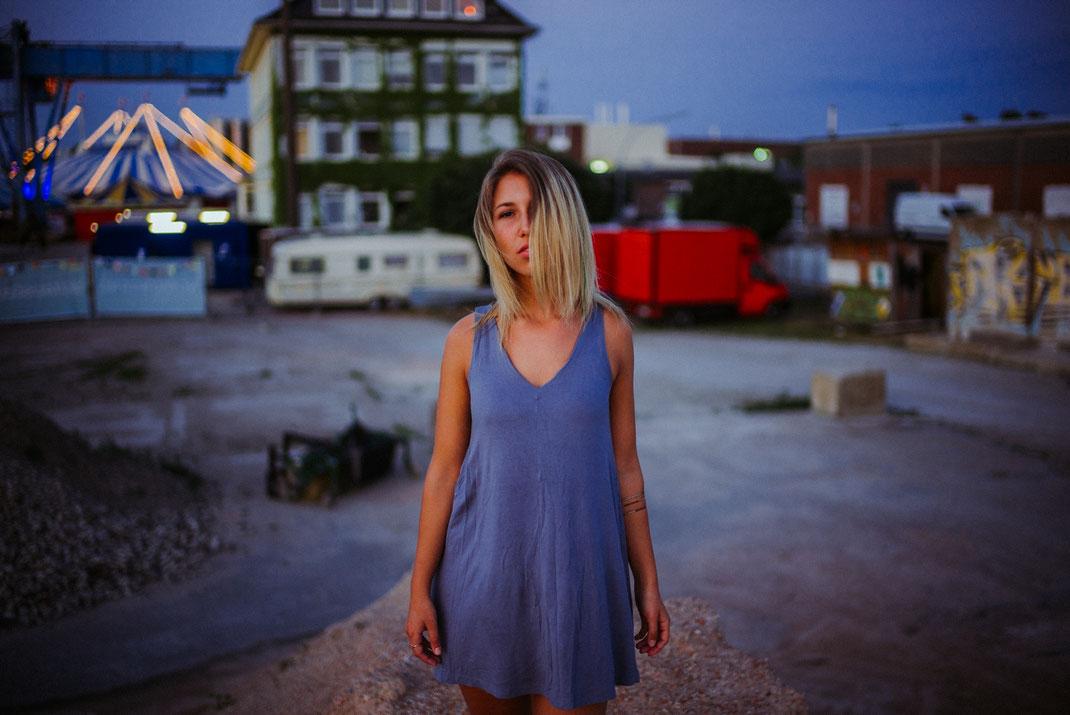 Frau auf einem Schutthaufen am Oldenburger Hafen