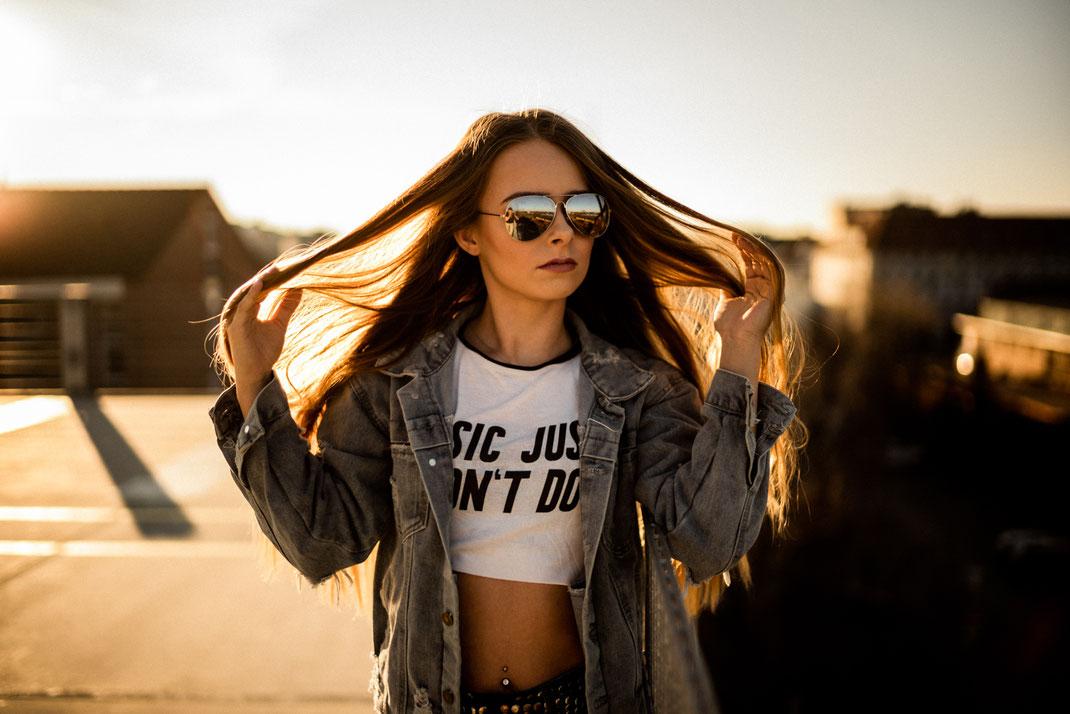 Frau mit cooler Sonnenbrille beim Fotoshooting in Oldenburg