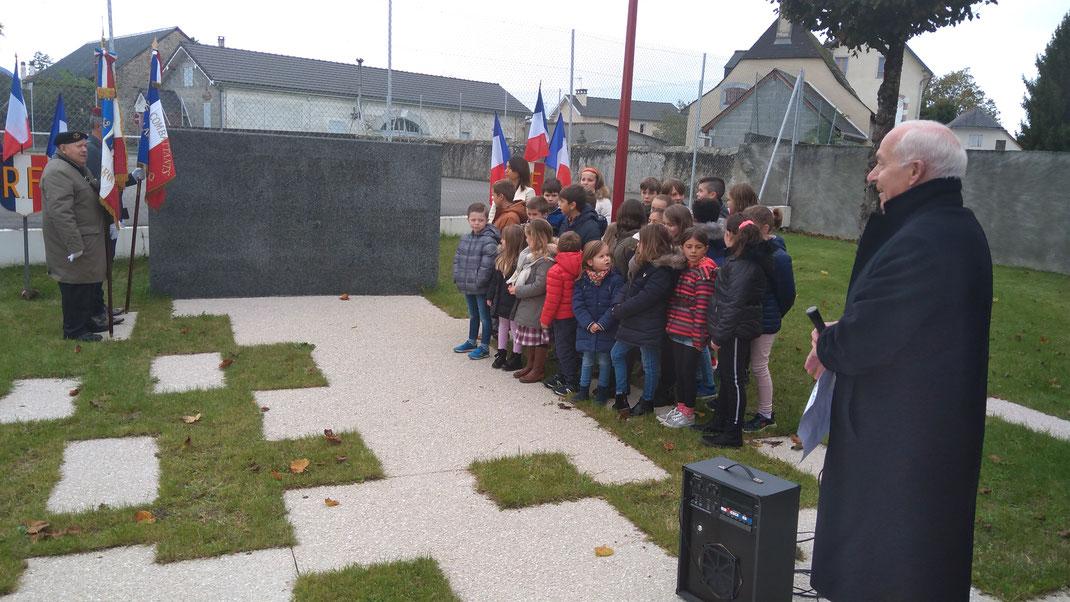 Mr le maire Marc Begorre , les porte-drapeaux , les enfants de l'école présents pour chanter la marseillaise avec leur nouvelle directrice