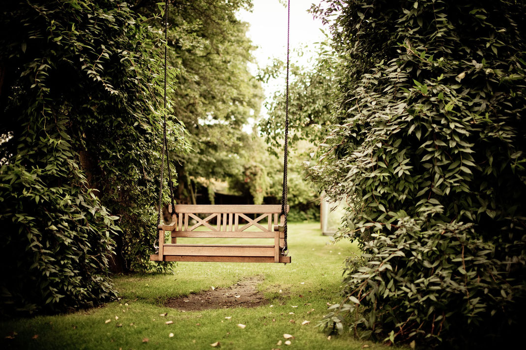 Schaukel aus Massivholz im Garten bei einem Kunden der Schreinerei Michels