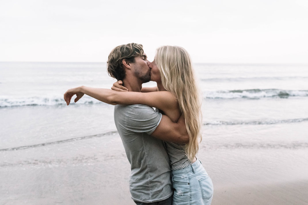 SURF PÄRCHENSHOOTING LOVE KISS PAARSHOOTING KUSS LOSANGELES BILLABONG BEACH COUPLESHOOTING