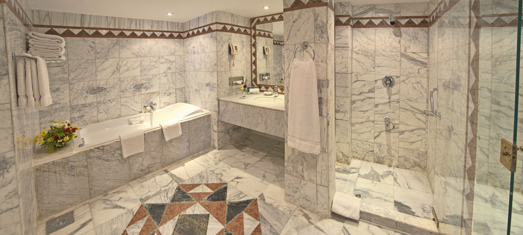 Aufwendig komplett gefliestes Marmorbadezimmer.