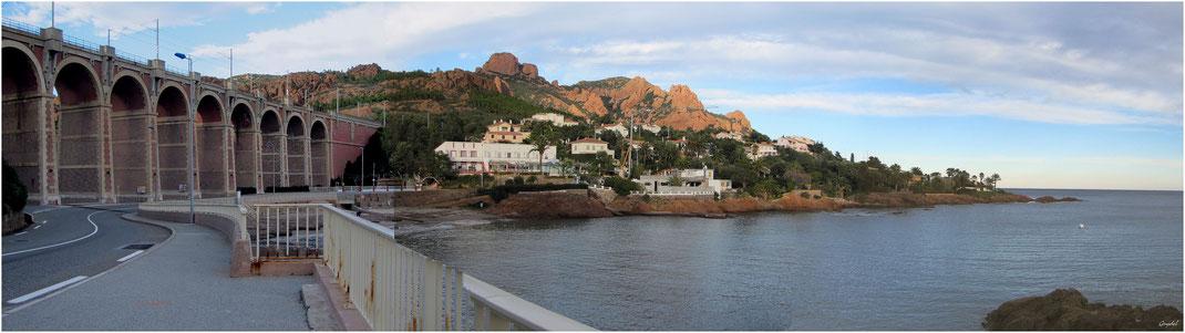Les rochers de l'Estérel et le pont du chemin de fer vers Le Trayas