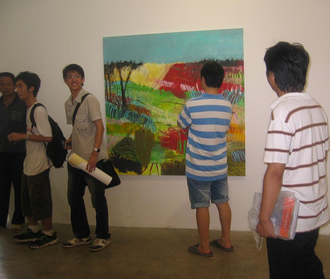 Ausstellungseröffnung mit Arbeiten von Brigitte Siebeneichler in der With Space Gallery, Peking, im Jahr 2010. Foto: privat