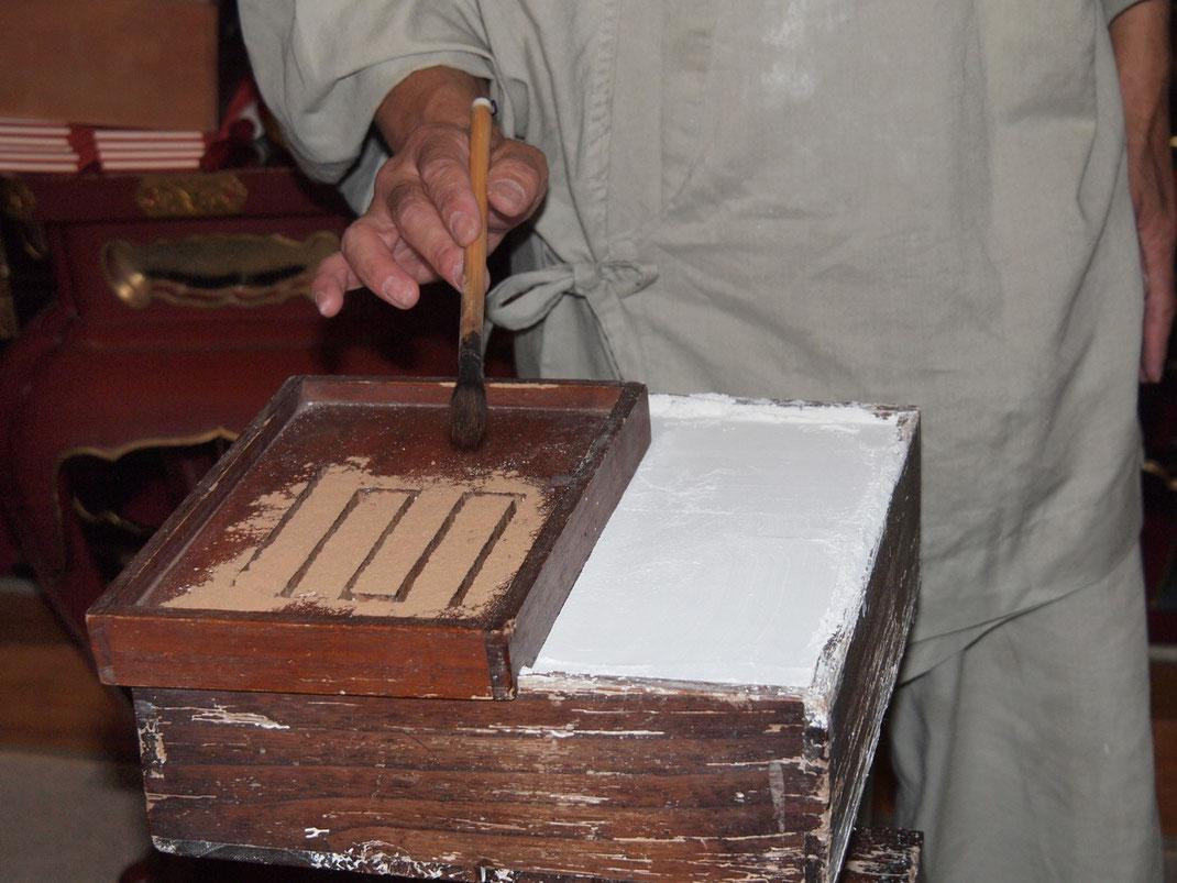 香型で溝をつくり常香炉盤に抹香を落とす