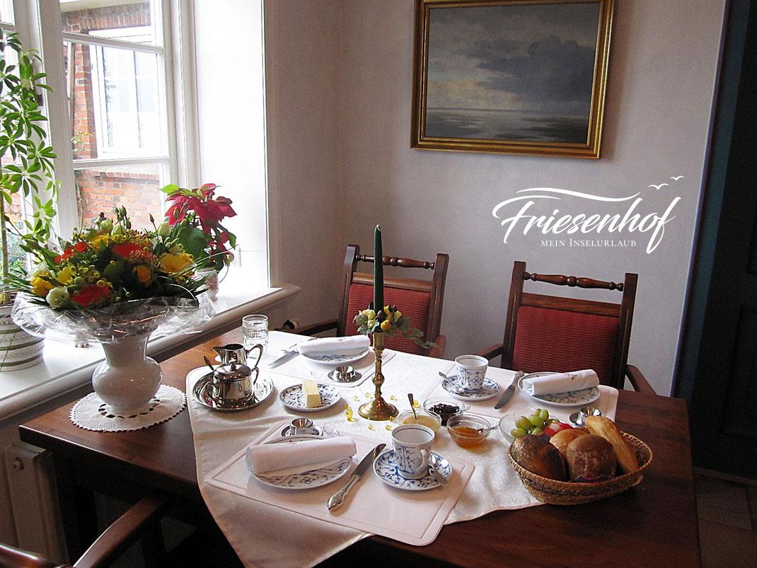 Frühstückstisch mit Blumenstrauß in der Friesenstube