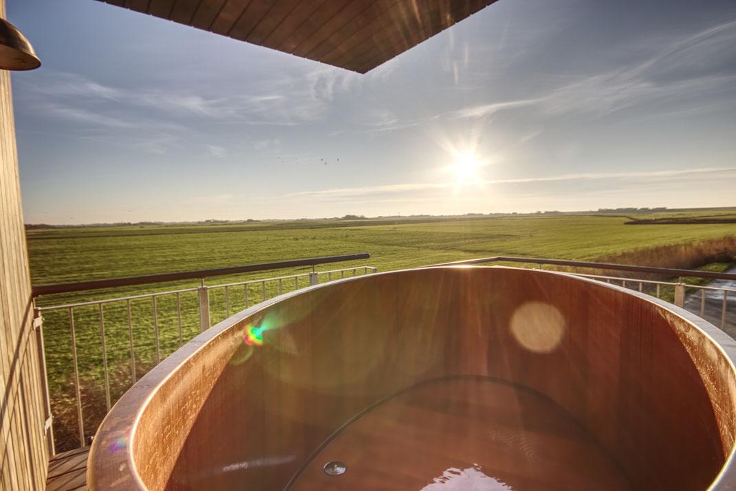 Holz-Bade-Zuber auf dem Balkon mit fantastischer Aussicht über die weite der Insel